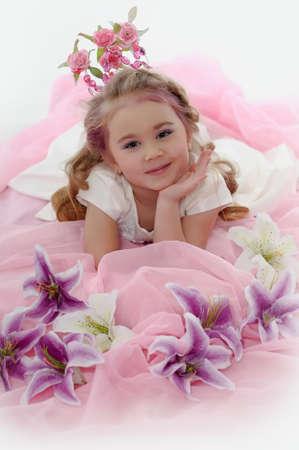 jonge prinses draagt een kroon van bloemen