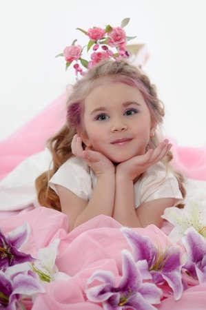joven princesa con una corona de flores