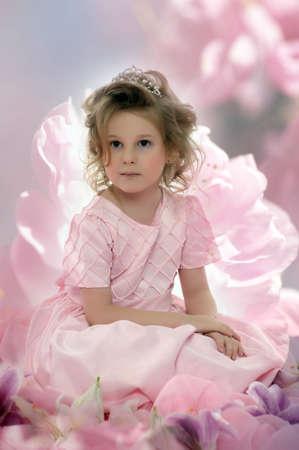 meisje in een roze jurk met bloemen Stockfoto