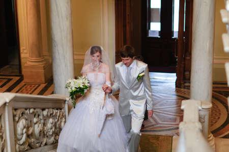 church flower: la coppia salire le scale Archivio Fotografico