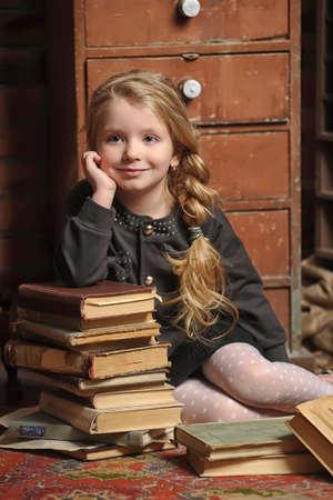 meisje met een boek in de oude bibliotheek Stockfoto