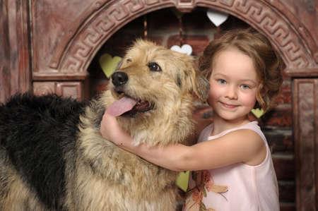 大きな犬を持つ少女 写真素材