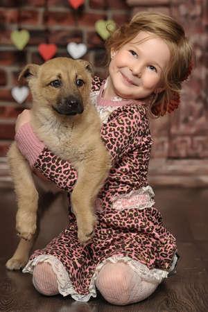 klein meisje met een puppy
