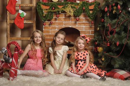 2 to 3 years: Tre ragazze sono pronte per la celebrazione del nuovo anno Archivio Fotografico