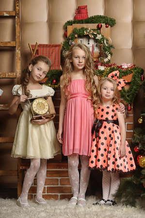 Tres chicas están listas para la celebración del nuevo año
