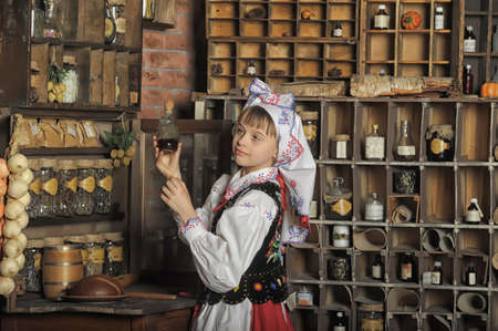 Muchacha en el traje nacional de Polonia