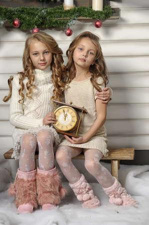 Twee meisjes zijn klaar om het nieuwe jaar te begroeten Stockfoto