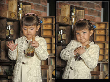cucina antica: bambina sulla vecchia cucina Archivio Fotografico