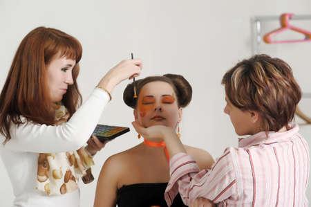 Make-up artiesten bereiden het model voor een fotoshoot Stockfoto
