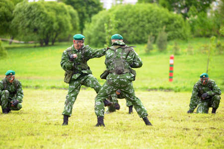 boinas: Soldados rusos en los ejercicios de demostraci�n