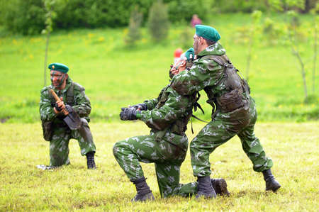 boinas: Celebrando el D�a de la guardia fronteriza soldados rusos en los ejercicios de demostraci�n