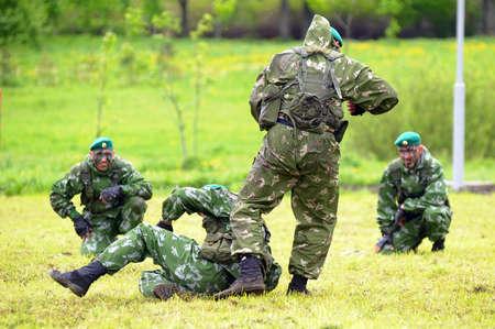 boinas: Celebrando el d�a de la guardia de fronteras los soldados rusos en los ejercicios de demostraci�n