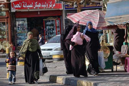 vrouw in een boerka in de straten van Egypte
