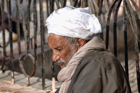 homme arabe: vieil homme arabe dans la rue � Hurghada, �gypte �ditoriale