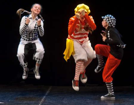 Dansvoorstelling op het podium, Festival van de kinderen en dansgroepen, St Petersburg, Rusland Redactioneel