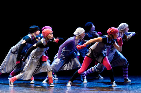 Enfants modernes de performance de danse Banque d'images - 25981768