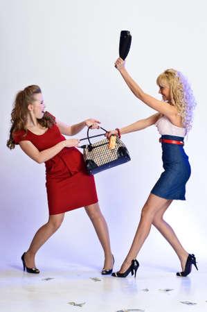 mujeres peleando: Diferencias en la tienda