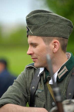 reenactor: Hombre re-enactor de las hostilidades de la Segunda Guerra Mundial