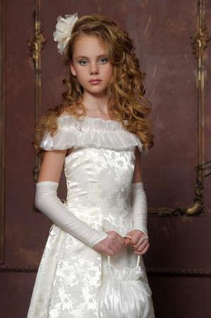 Meisje in een slimme witte jurk