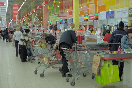 Questa immagine mostra un ingresso supermercato e cassiere scrivania in Pietroburgo, Russia