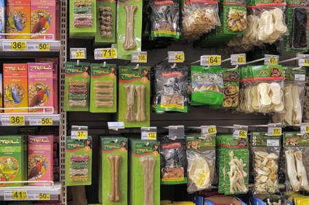 fish store: Alimentos para mascotas en tienda Editorial
