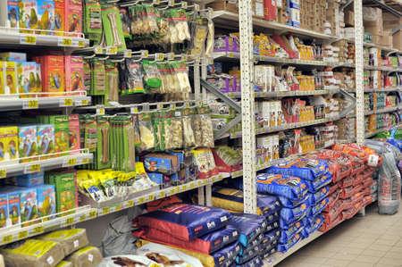Alimentos para mascotas en tienda Editorial