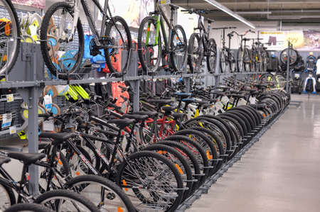 tienda de ropas: Bicicletas para la venta en una tienda de art�culos deportivos Editorial