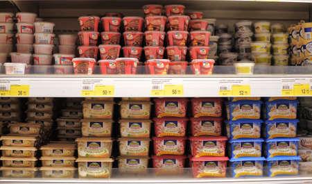 Derretidos estantes de las tiendas de quesos, San Petersburgo, Rusia Foto de archivo - 27963970