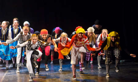Los niños no identificados del baile agrupan