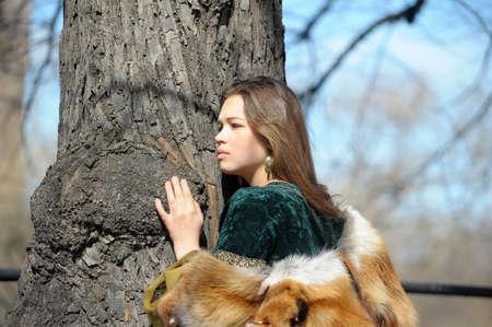 abito medievale: Giovane donna in abito e pelliccia di volpe medievale Archivio Fotografico
