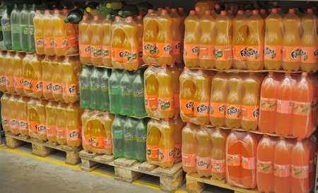 sprite: Fanta y Sprite en un supermercado