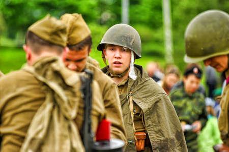 reenacting: Membro del club di storia militare stella rossa soldati russi Storico militare reenacting a Pietroburgo, Russia