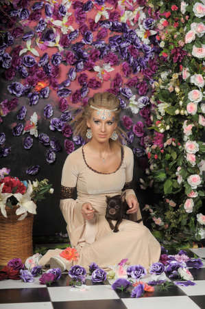 abito medievale: bella ragazza in abito medievale sulle fantasia elfico fiori