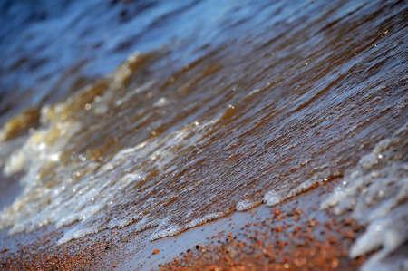 frothy: Schiumosa delle onde dell'oceano su una spiaggia di sabbia Archivio Fotografico