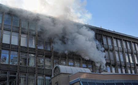 incendio casa: Incendio en un edificio de gran altura con fachada de vidrio Editorial