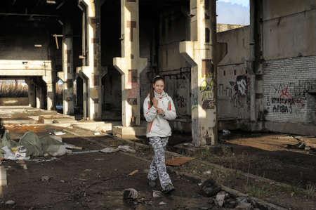 Ragazza in abbandonato, debilitato interno edificio industriale.
