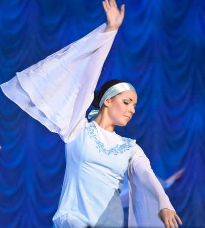 weisse kleider: M�dchen in wei�en Kleidern tanzen auf der B�hne, russischen nationalen Tanz-Festival f�r Kinder-und Jugendtanzgruppen, Sankt Petersburg, Russland