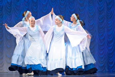 weisse kleider: M�dchen in wei�en Kleidern tanzen auf der B�hne, russischen nationalen Tanzfestival f�r Kinder und Jugendtanzgruppen, Sankt Petersburg, Russland Editorial