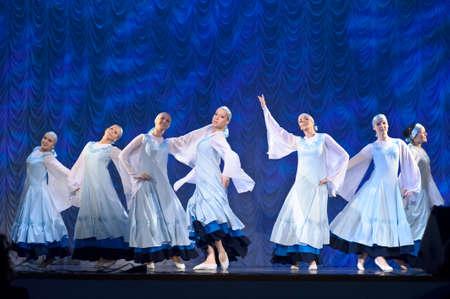 weisse kleider: M�dchen in wei�en Kleidern tanzen auf der B�hne, russischen nationalen Tanzfestival f�r Kinder und Jugendliche Tanzgruppen, Sankt Petersburg, Russland