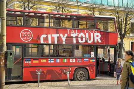 przewidywanie: City Tour Bus w oczekiwaniu na turystów, Tallinn, Estonia Publikacyjne