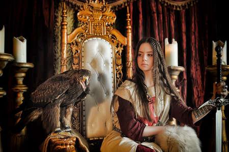 espadas medievales: La princesa guerrera en el trono con un �guila sentada.