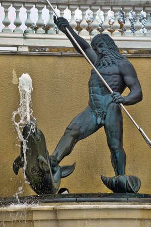 neptuno: Escultura de Neptuno con un delf�n, Kardiorg Park, Tallin, Estonia.