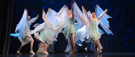 Dance performance on stage, Festival of children's dance groups, St. Petersburg, Russia. 版權商用圖片 - 71951306