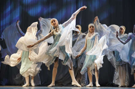 Dance performance on stage, Festival of children's dance groups, St. Petersburg, Russia. 版權商用圖片 - 71951308