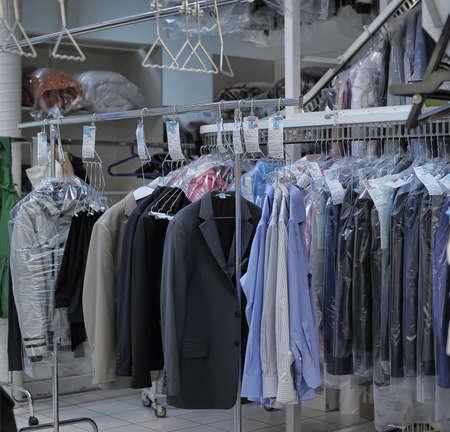 Punto de recepción de la limpieza en seco, mucha ropa limpia en paquete. Auchan, San Petersburgo, Rusia.