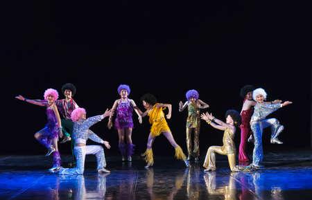 Spectacle de danse sur scène, Festival de groupes de danse pour enfants, Saint-Pétersbourg. Petersburg, Russie Éditoriale
