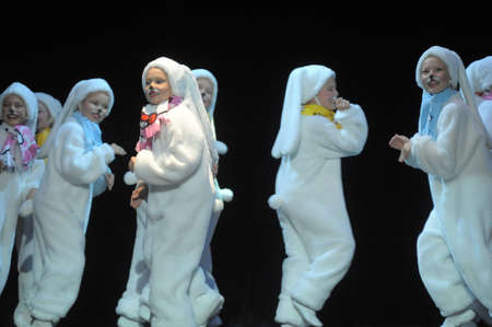 Children dancing in bunny costumes 新聞圖片
