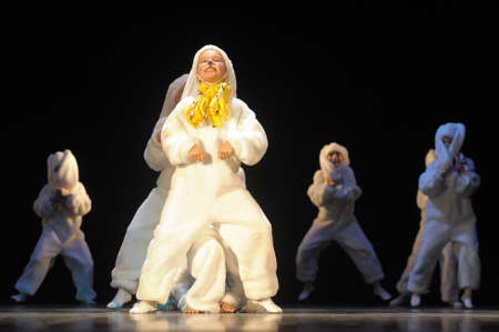 Děti tančí v kostýmcích zajíček