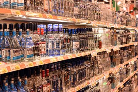 Wodka op de schappen in een supermarkt, St. Petersburg, Rusland. Stockfoto - 38359797