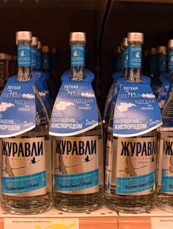 Wodka op de planken in een supermarkt, St. Petersburg, Rusland. Redactioneel